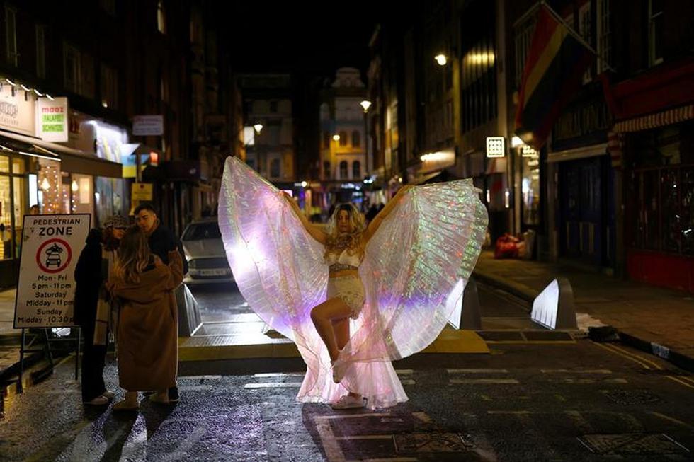 Decenas de personas aprovecharon para salir de fiesta un día antes que comenzara a regir un  nuevo confinamiento en Londres. (Foto: REUTERS/Henry Nicholls)