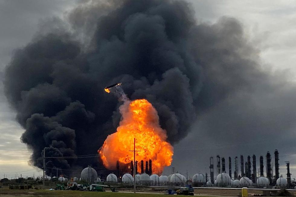 Una torre de proceso vuela por el aire después de explotar en la Planta Petroquímica del Grupo TPC, después de una explosión masiva anterior que provocó un incendio en la planta en Port Neches, Texas. (Foto: Reuters)