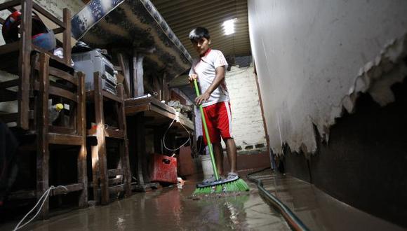 LO PIERDEN TODO. Familias afectadas tuvieron que dormir en las calles debido a que sus casas quedaron inundadas. (Luis Gonzáles)