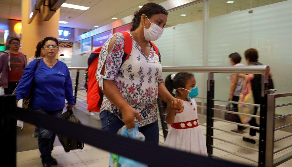 El gobierno de Perú anunció que ordenará el aislamiento de las personas que provengan de Italia, Francia, España y China por 14 días, tras confirmar que el número de casos de coronavirus se elevó a 13 personas. Imagen de pasajeros en el Aeropuerto Internacional Jorge Chávez en Lima. (AFP).