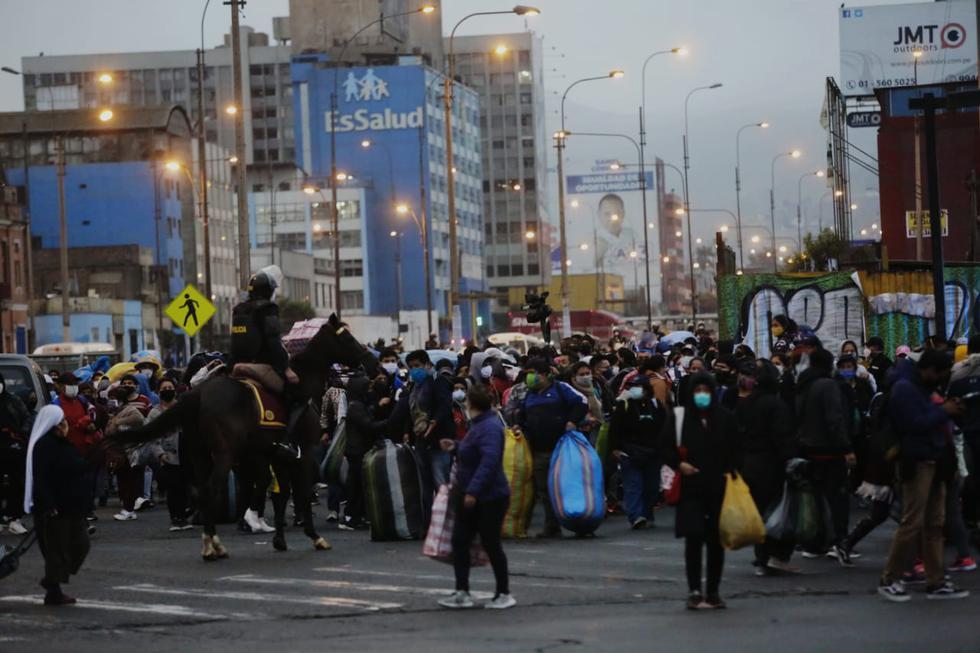 Cientos de ambulantes, sin respetar el distanciamiento social, continúan ocupando las principales vías de La Victoria y del Cercado de Lima. Foto: Cesar Grados/GEC