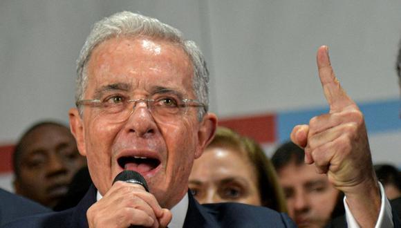 Álvaro Uribe, expresidente de Colombia, anunció a través de su cuenta de Twitter su renuncia al Senado. (Foto: Raul ARBOLEDA / AFP).