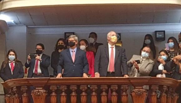 Raúl Diez Canseco y Víctor Andrés García Belaunde estuvieron presentes en la ceremonia de asunción de mando de Manuel Merino en el Congreso. (Foto: Twitter)