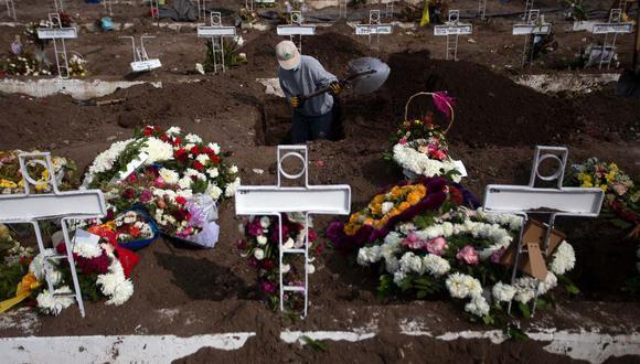 Un hombre trabaja en la sepultura de una personas en el Cementerio General de Santiago, en medio de la pandemia del nuevo coronavirus. (AFP / Claudio REYES)