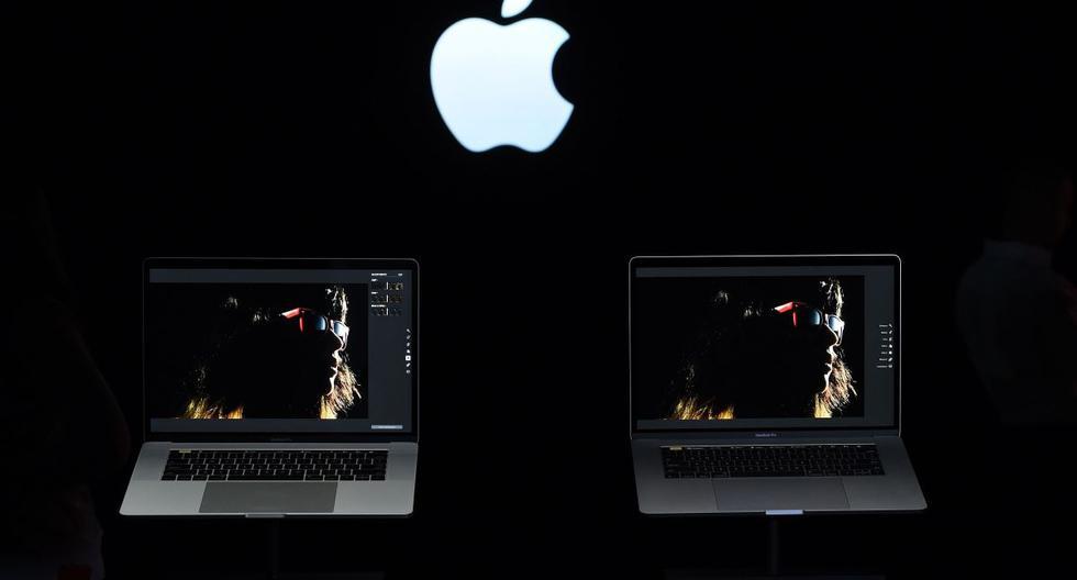 Imagen referencial. Los MacBook Pros se ven en exhibición durante un evento de lanzamiento de productos en la sede de Apple en Cupertino, California. (AFP / Josh Edelson).