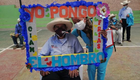 Poblador de Piura posa luego de recibir la vacuna contra el COVID-19. (Foto: Diresa Piura)
