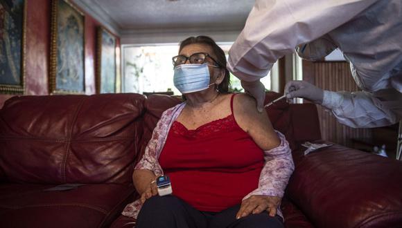 """El viceministro de Salud Pública, Gustavo Rosell, indicó que si una persona recibe la dosis, no quiere decir que debe hacer su vida normal. """"Tenemos que seguir manteniendo las medidas de protección, usando mascarilla y cuidando la distancia con los demás"""". (Foto: Ernesto Benavides / AFP)"""