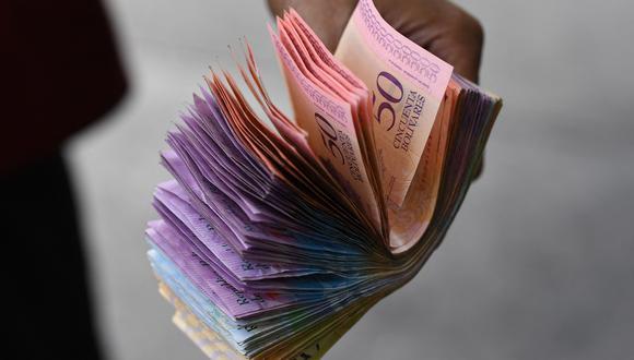 El efectivo en bolívares además escasea mucho y los usuarios hacen largas filas en los bancos para acceder a no más de 400.000 bolívares, el límite en taquilla. (Foto: Yuri CORTEZ / AFP)