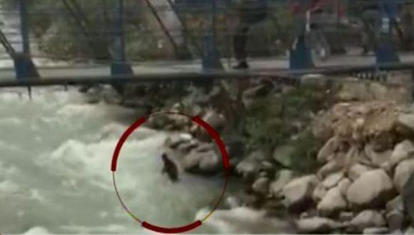 El hecho ocurrió debajo del puente colgante ubicado a la altura del mercado de Chosica. (Foto: Captura/América Noticias)