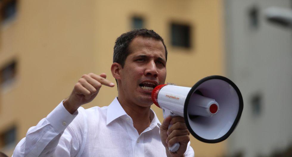 Juan Guaidó tuvo que emplear un megáfono para dirigirse a sus seguidores que se mantenían desde las primeras horas de la mañana en la concentración convocada para hoy. (Foto: EFE)