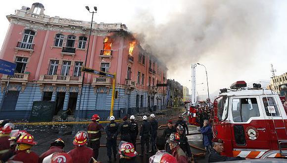 Plaza Dos de Mayo: Edificio que se incendió hoy tenía más de 80 años de antiguedad. (Luis Gonzales)