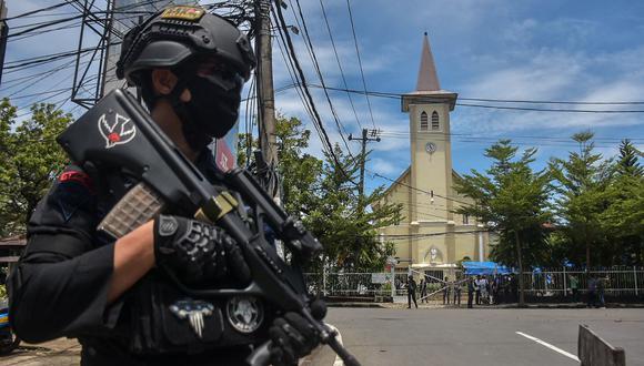 Un policía indonesio hace guardia frente a una iglesia después de una explosión en Makassar el 28 de marzo de 2021. (INDRA ABRIYANTO / AFP)