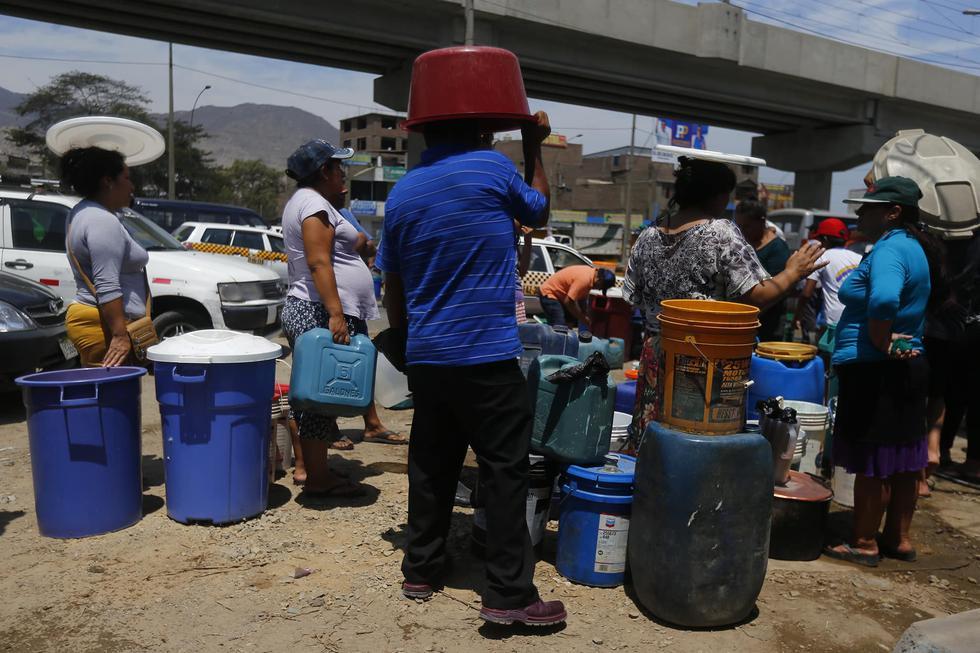 Vecinos afectados de SJL por rotura de tubería tendrán agua a partir de las 4 de la tarde. (LuisCenturión/Perú21)