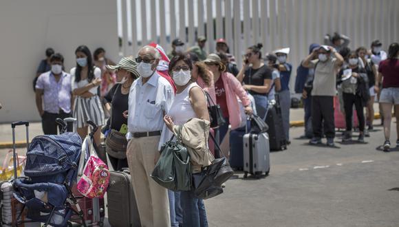 Pasajeros apostados en el aeropuerto Jorge Chávez tras quedar varados en plena cuarentena. (Foto: Anthony Niño de Guzmán).