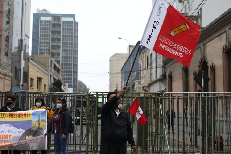 Simpatizantes de Perú Libre llegaron esta mañana a los exteriores de la ONPE. (Britanie Arroyo / @photo.gec)
