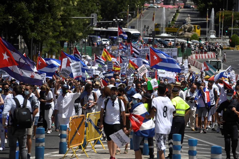 """Ondeando banderas cubanas y coreando lemas como """"Si Cuba está en la calle, nosotros también"""" y """"Libertad"""", los manifestantes recorrieron un kilómetro desde la plaza de Cibeles hasta la plaza de Callao, en pleno centro de la capital española. (Texto AFP / Foto: PIERRE-PHILIPPE MARCOU / AFP)"""