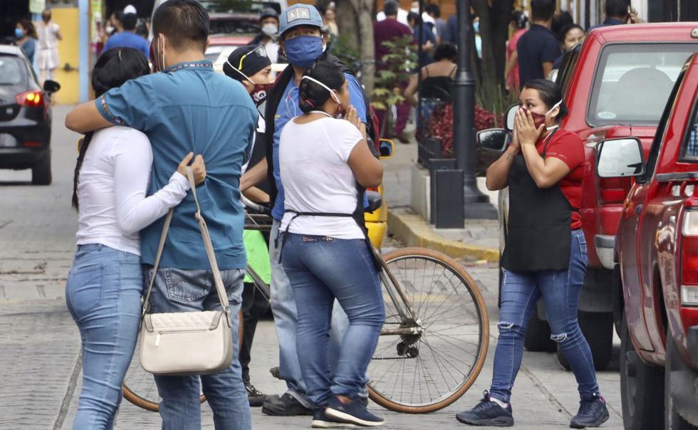 23 de junio de 2020. Un grupo de personas reaccionan en la calle tras registrarse terremoto en Oaxaca, México. (AP/Luis Alberto Cruz Hernandez).