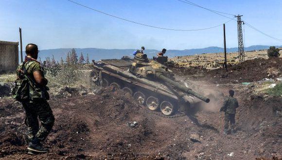 Fuerzas prorrégimen situadas en Deraa son blanco de ataques casi diarios, que no suelen dejar víctimas, según OSDH. En la foto, un tanque del gobierno sirio navega a través de la aldea de al-Jabiriya. (Foto: AFP)
