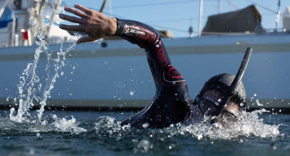 Francés cruzará nadando el Pacífico en son de protesta para no seguir contaminando el océano.