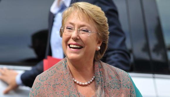 Los sondeos le sonríen a Michelle Bachelet. (AFP)