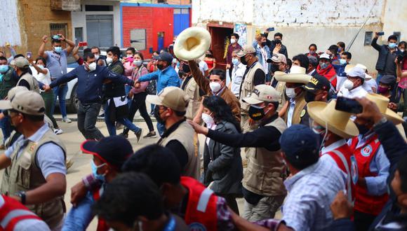 Llegada Candidato Pedro Castillo a su lugar de votación colegio Salomón Díaz. Foto: Hugo Curotto / @photo.gec
