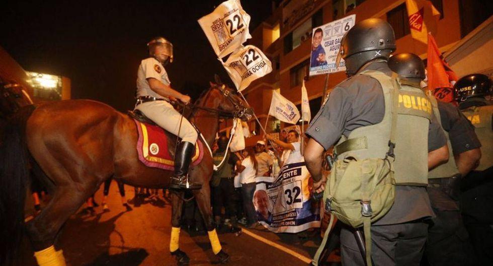Pequeños disturbios de simpatizantes provocaron que los caballos de la Policía Montada se descontrolen por unos minutos. (RS)