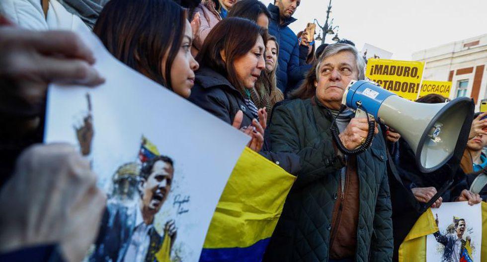 """""""El mundo sabe que Maduro no es legítimo porque no ha sido electo, las elecciones fueron espurias"""", señaló Pedro Ontiveros, un venezolano de 74 años en Madrid. (EFE)."""
