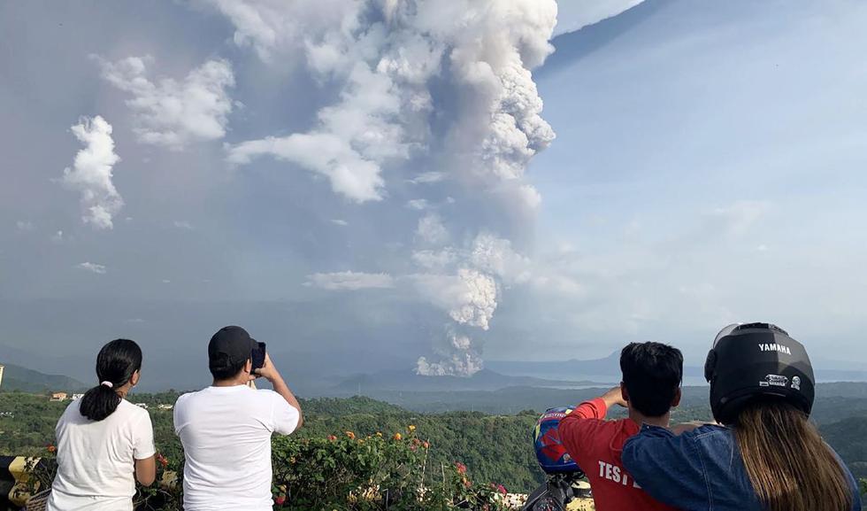 Miles de personas están siendo evacuadas este domingo después de que las autoridades de Filipinas elevaran la alerta por el aumento de la actividad del volcán Taal, situado en una isla cercana a Manila. (AFP)