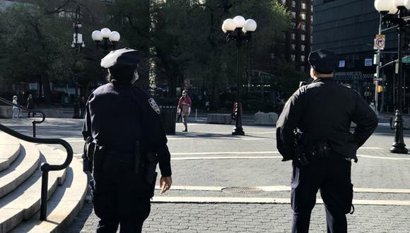 La policía de Nueva York ofrece una recompensa por información que ayude a capturar a ladron que asaltó 21 locales comerciales. (Foto: Twitter @NYPDnews)