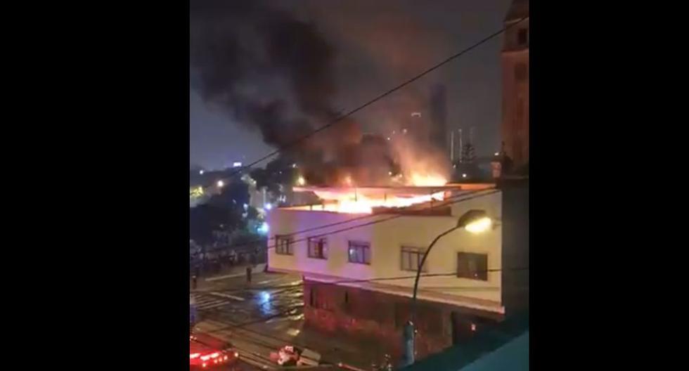 El fuego se habría iniciado por las detonaciones de productos pirotécnicos. (Twitter / @efal07)
