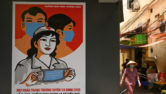 Afiches de propaganda por todo el país para movilizar al público en apoyo de lo que los líderes del país denominaron una lucha nacional contra el virus. (Foto:  Manan VATSYAYANA / AFP)