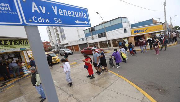 Las filas abarcan varias cuadras de la avenida Faucett para ingresar al local de San Fernando para canjear pavo. (Foto: Eduardo Cavero/GEC)