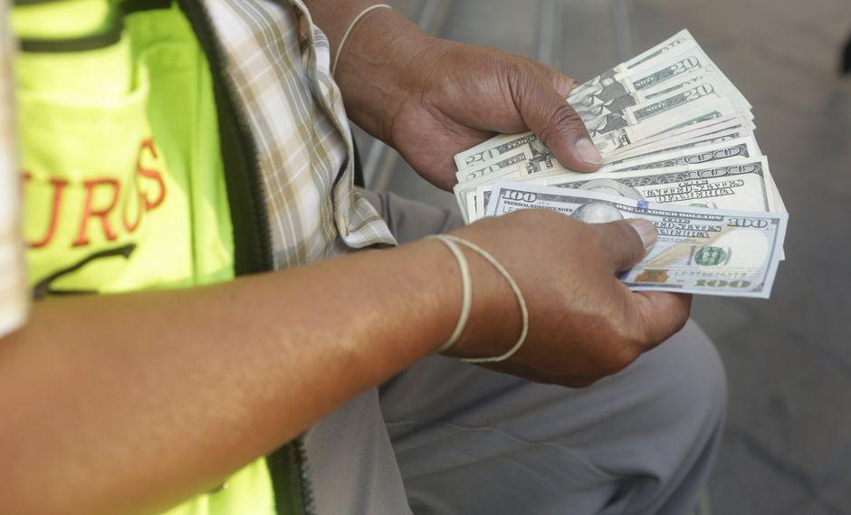 El economista de ESAN recomendó evitar las deudas a largo plazo en dólares y preferir el uso de soles. (Foto: USI)