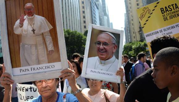 Protesta en Brasil por violencia en las favelas. Manifestantes portan fotos de Francisco. (AFP)