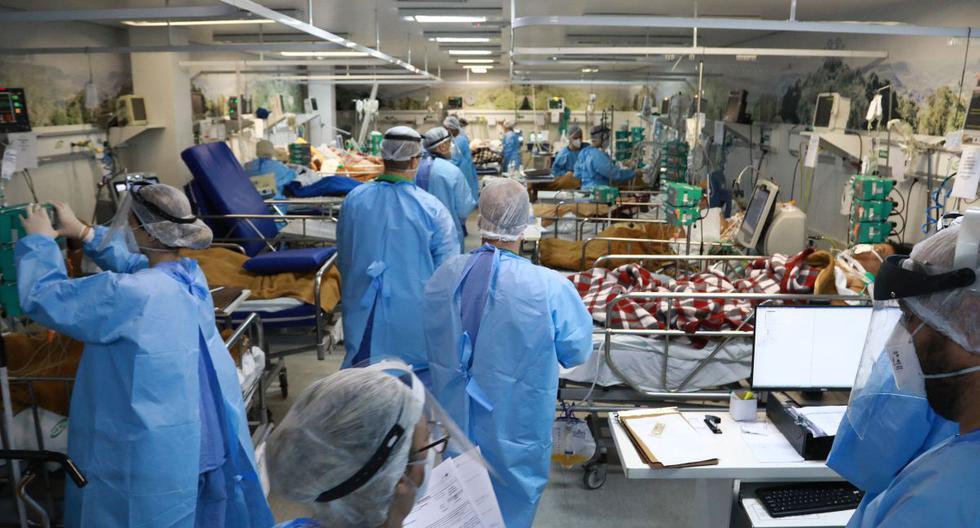 Los trabajadores de la salud atienden a pacientes infectados con COVID-19 en la sala de emergencias del hospital Nossa Senhora da Conceiao en Porto Alegre, estado de Rio Grande do Sul, en el sur de Brasil, el 11 de marzo de 2021. (SILVIO AVILA / AFP).