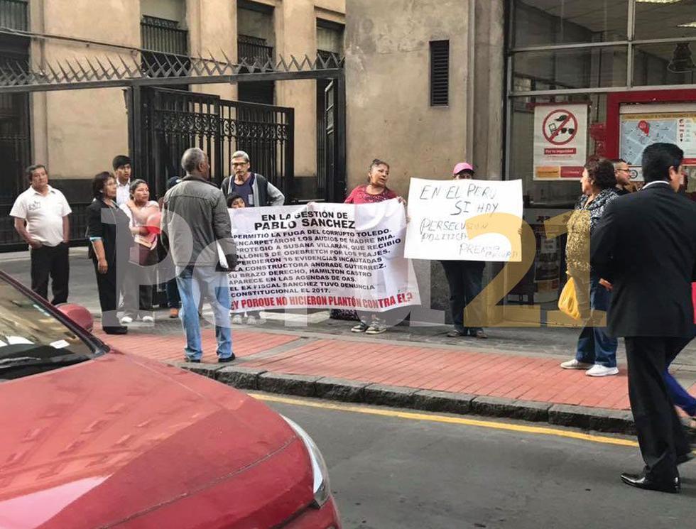 Protestan en contra del fiscal Domingo Pérez. (Perú21)