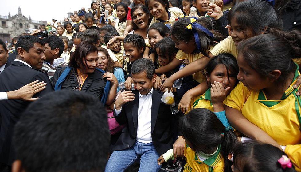 Ollanta Humala se dio baños de popularidad cada vez que bajaba en las encuestas. Aprovechó la ingenuidad de los niños. (Luis Gonzales)
