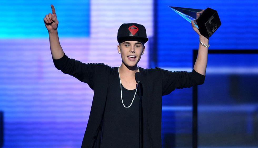 Justin Bieber se llevó el galardón al artista del año, artista masculino pop/rock y álbum pop/rock del año. (Reuters)