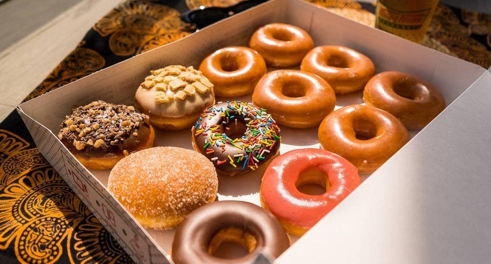 Krispy Kreme. Las donas de esta cadena las preparan cada día en su fábrica de Miraflores. Tienen 14 sabores, pero su dona más popular es la glaseada original. (Foto: FacebookKrispy Kreme)