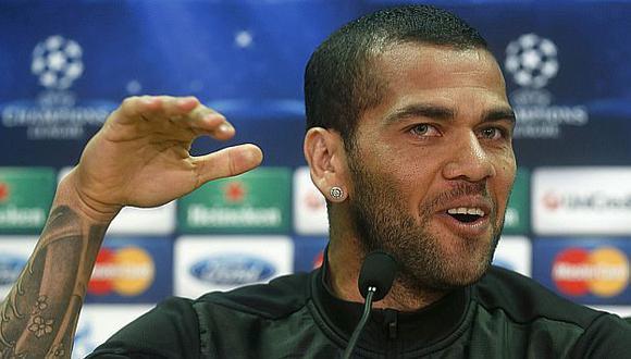 Dani Alves pide que le devuelvan empleo a quien le lanzó plátano. (Reuters)