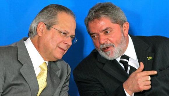 EXMANO DERECHA. Dirceu junto a Lula da Silva. El exjefe del gabinete se 'sacrificó' por el mandatario. (AP)
