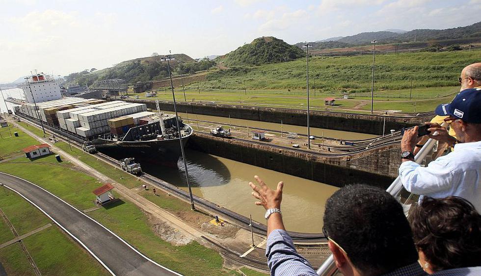 Los panameños iniciaron el viernes la celebración del centenario del Canal de Panamá con un acto junto a la vía marítima hasta donde fue llevado un gran pastel de cumpleaños. (EFE)