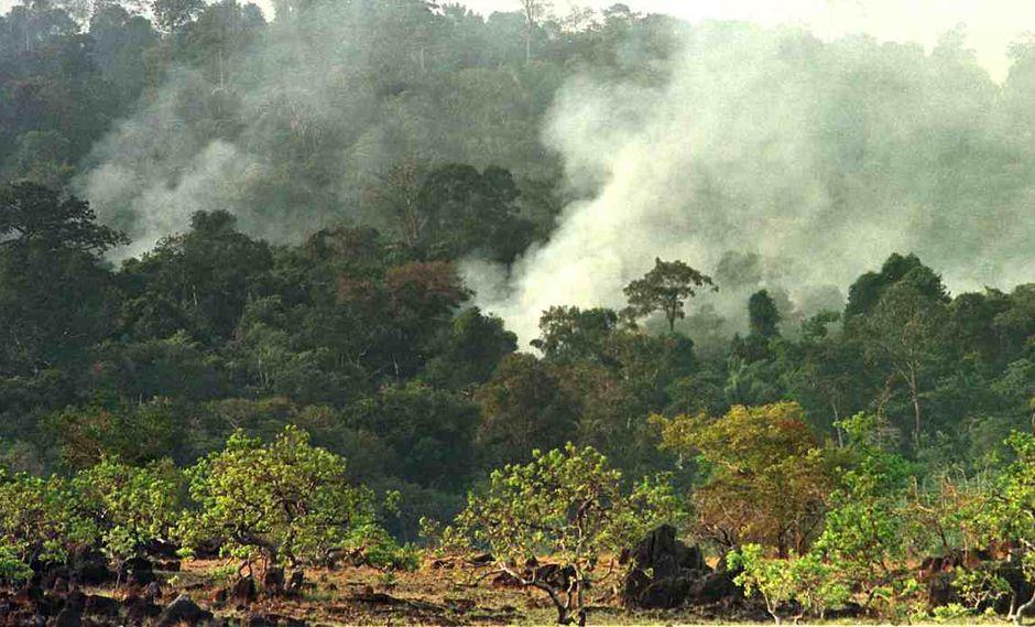 Las nubes de humo se elevan cerca de Pacaraima, en Roraima, en el extremo norte de Brasil, en marzo de 1998. Varios focos de fuego quemaron decenas de miles de acres de sabanas y en la peor sequía desde 1926. (Foto: AFP)