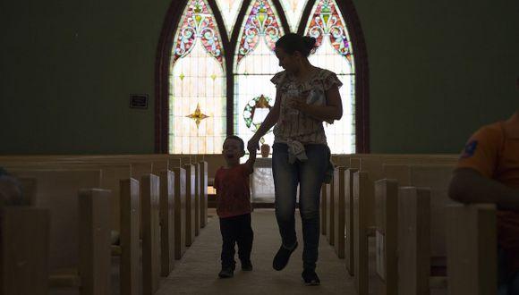 Una madre y su hijo se relajan en la Iglesia Metodista El Calvario, hogar de inmigrantes que buscan asilo, después de que fueron liberados por la Oficina de Inmigración y Aduanas de EE.UU. (Foto referencial: AFP)