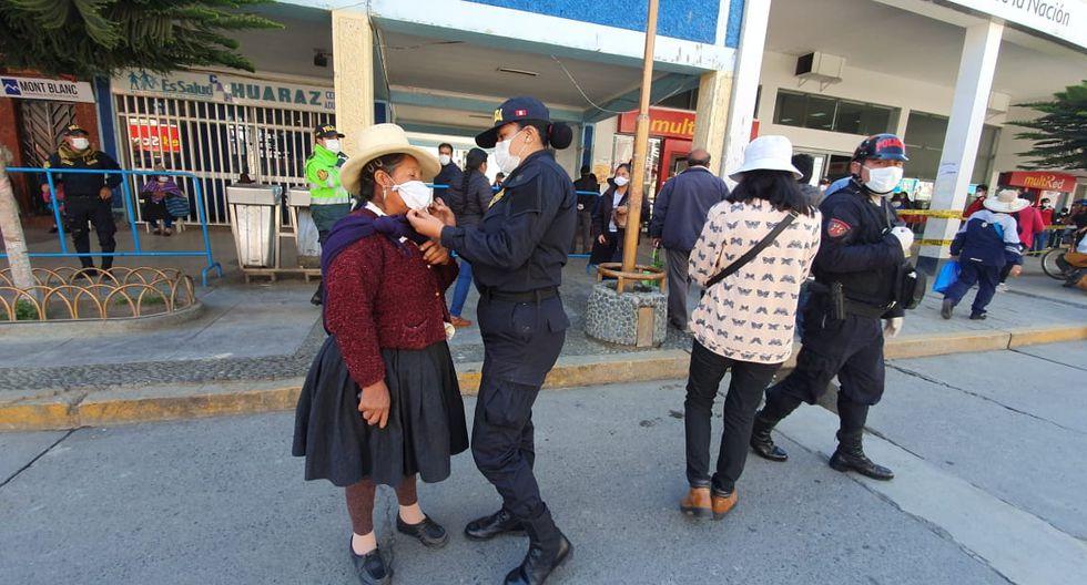 Huánuco. Policías femeninas elaboran mascarillas y las entregan a la población de bajos recursos.