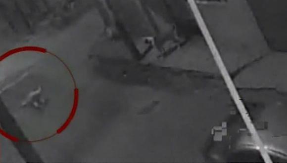 Las cámaras de seguridad de la zona captaron el preciso momento en que sujetos a bordo de un vehículo abandonan el cuerpo. (América Noticias)