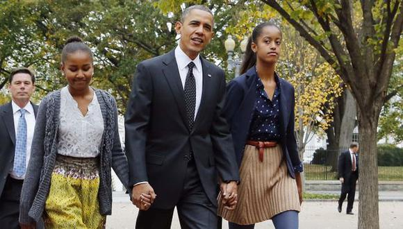 EN FAMILIA. Obama junto a sus hijas Sasha (izquierda) y Malia rumbo a una iglesia de Washington. (Reuters)