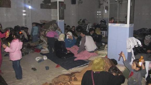 Vecinos de Bab Amro en un refugio. (Reuters)