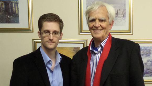 Edward Snowden y Hans-Christian Ströbele en Moscú. (AFP)