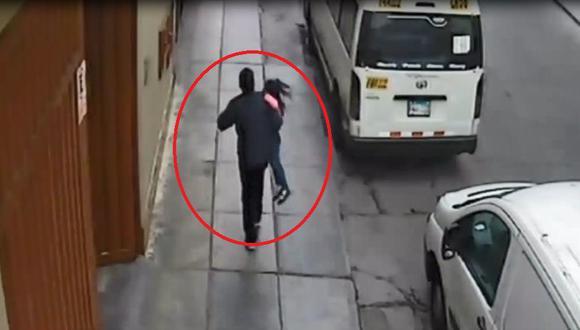 Imágenes captadas por cámaras de seguridad muestran cuando Carlos Alberto Valdivia Carbajalhuye con la menor en brazos. (Captura: América Noticias)